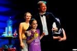 Öğrencimiz Zeynep Çalık ödülü ile Festival Başkanı yla poz verirken