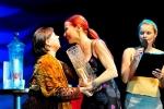 Kurucumuz Zeynep Okçu Pedagoji Dalı`nda 1.lik Ödülü`nü Jüri Başkanı`nın elinden alırken