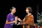 Öğrencimiz Elif Unan `Bale Yetenek Ödülü`nü Jüri Başkanı`nın elinden alırken